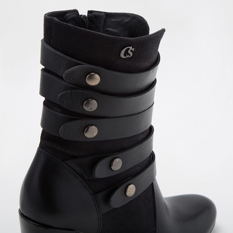 BOOT WITH STRAPS AND BUTTONS