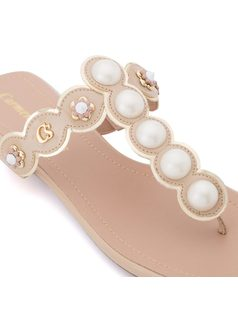 Flat sandal with pearls and metal studs back